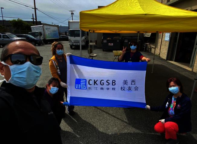 3月31日,校友會常務副會長Peter Tu代表校友會,捐贈給杭廷頓醫院(Huntington Hospital)和波莫那谷醫療中心(Pomona Valley Medical Center)。(長江商學院美西校友會提供)