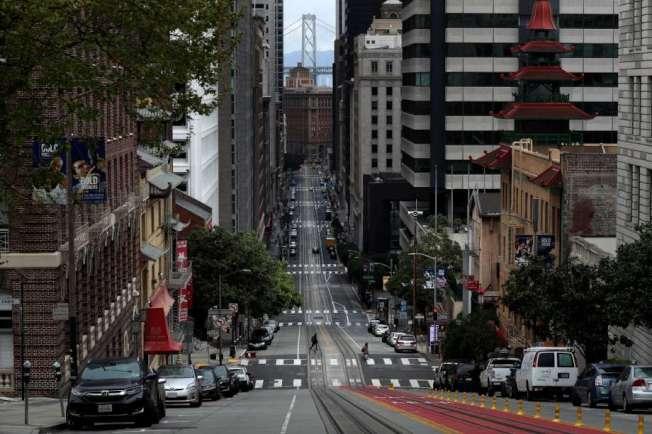 灣區於3月17日起實施積極的居家避疫規定,有效地抑制病毒傳播。圖為實施居家避疫後的舊金山,街道難見人蹤。(Getty Images)