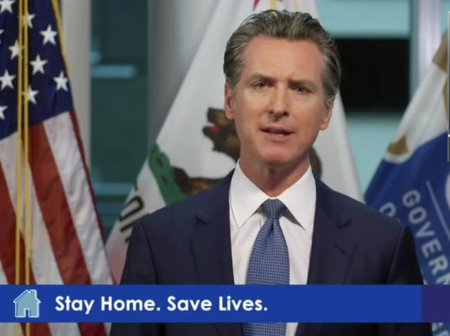 州長紐森宣布已加緊為加州訂購更多防毒衣物。(記者李秀蘭/截圖)