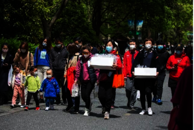 清明長假期間,西湖等景區到處人擠人。(取材自南國今報)