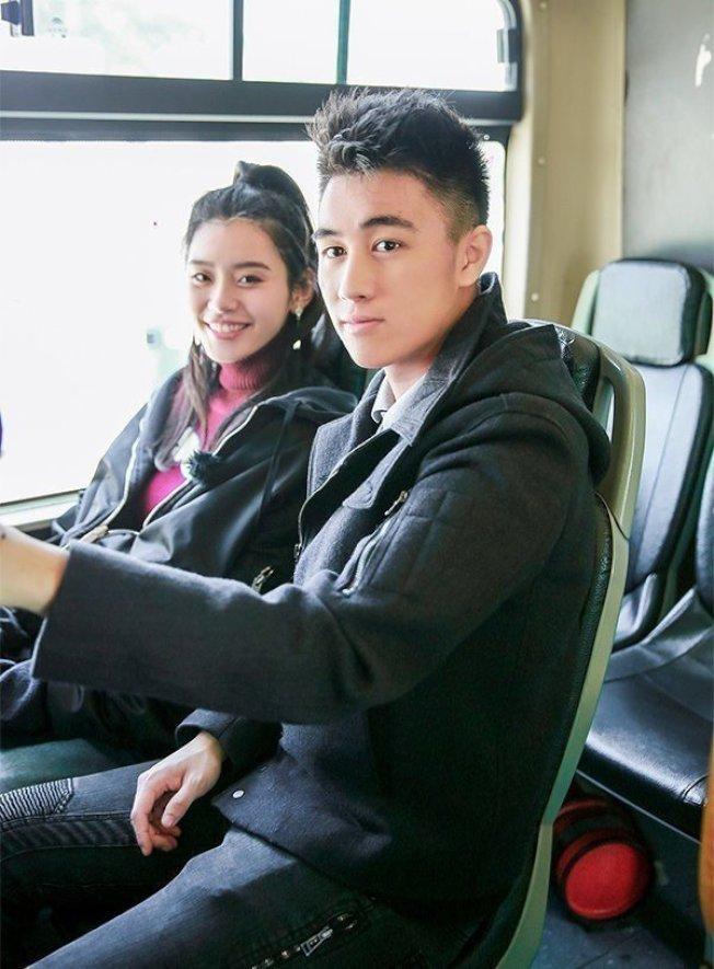 何猷君(右)與奚夢瑤。(取材自微博)
