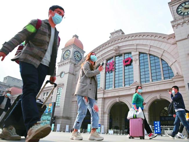 武漢解封首日,估計有5.5萬人乘坐火車離開武漢。(美聯社)