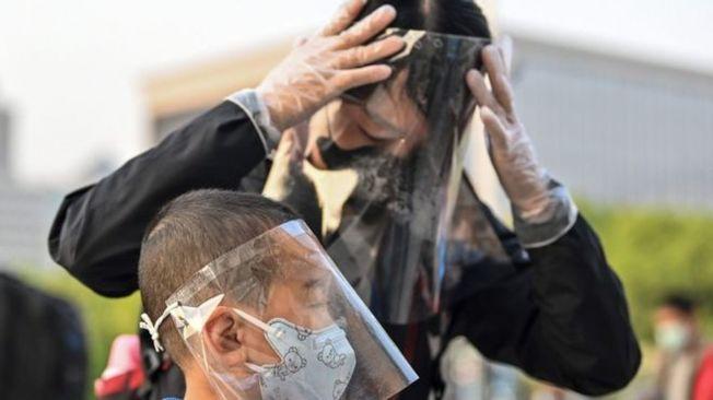 武漢解封後,外出的市民都戴上防護裝備。(Getty Images)