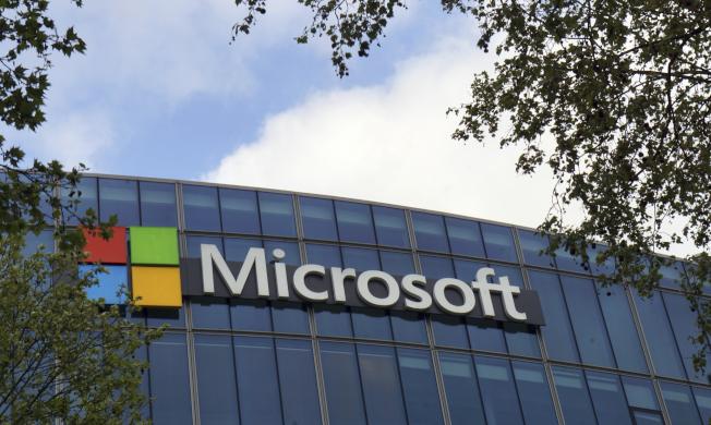 微軟的雙螢幕個人電腦Surface Neo據傳將不會在今年推出,因為微軟已將目標轉移為讓其搭載的作業系統Windows 10X也能用在單螢幕裝置上。  美聯社
