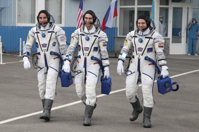 俄羅斯聯邦太空總署(Roscosmos)太空人伊凡尼辛(Anatoly Ivanishin,中)和瓦格納(Ivan Vagner,右)以及美國國家航空暨太空總署(NASA)太空人凱西迪(Chris Cassidy,左),在哈薩克的俄羅斯貝康諾太空發射場合影。美聯社