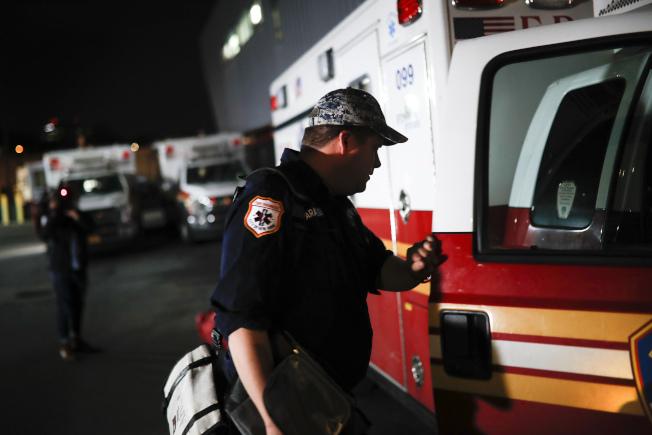 美國疾病管制暨預防中心(CDC)8日公布新版建議指南,包括醫生、護士在內的必要行業人員,如果曾經與確診患者有過近距離接觸,曾經曝露於病毒之下,但卻沒有任何發病症狀,則可繼續上班。美聯社