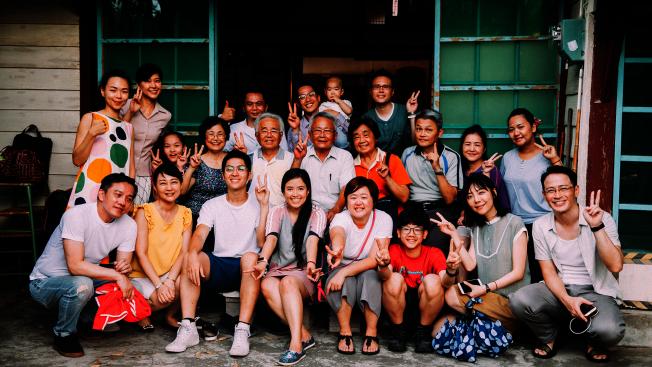 許智彥作品「舊家」帶領觀眾來到導演祖父母位於台南新營的老家,重現過年團聚的熱鬧氣氛與家族離散故事。(取自翠貝卡影展網站)