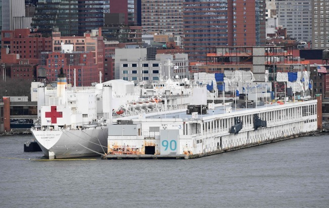 紐約皇后區十名新冠患者轉至「安慰號」。(Getty Images)