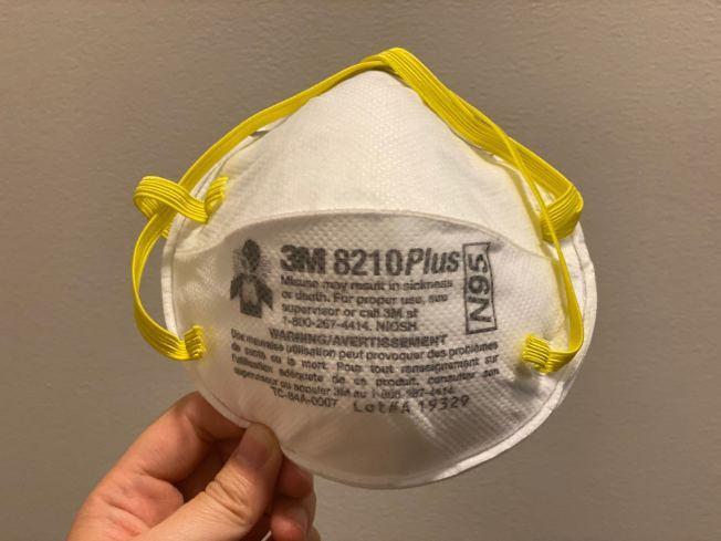 葛謨曾斥責部分醫護人員盜賣醫院的口罩、防護服與防疫眼鏡的罪案;圖為N95 8210工業口罩。(記者牟蘭/攝影)