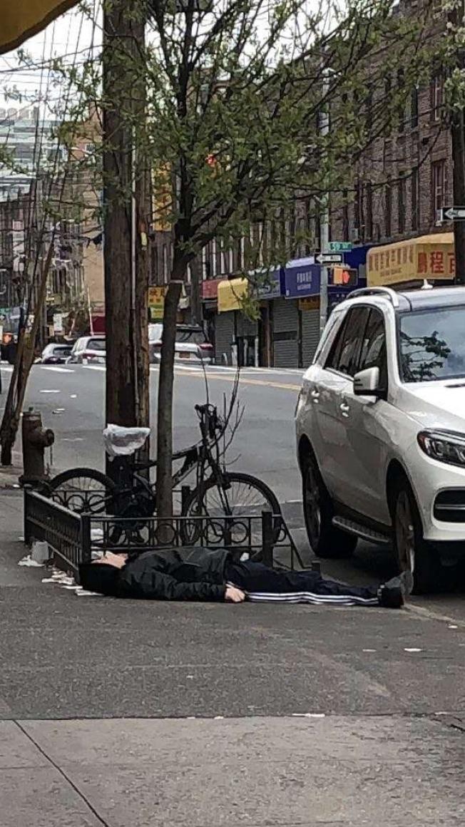 網傳一名華裔男子因患新冠肺炎病死在街頭,警方和民眾均闢謠未有此事,華男只是躺在地上睡著罷了。(讀者提供)