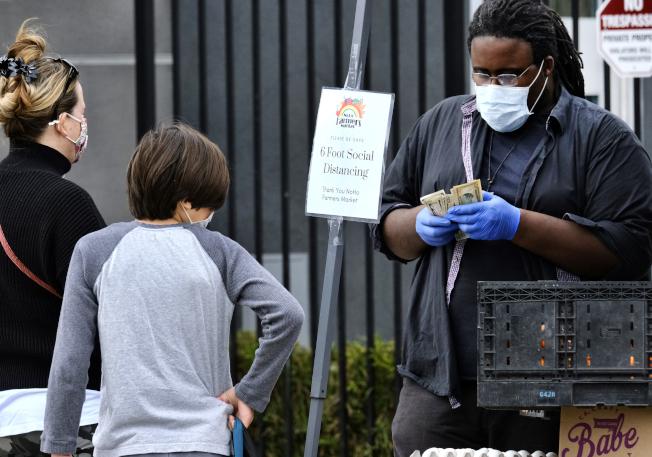 洛杉磯市市長賈西提(Eric Garcetti)近日宣布,要求市民在外出購物或看醫師等造訪生活「必需」品和服務的商家時戴口罩。(美聯社)
