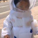 77天首次出門…武漢「小太空人」逛大街 逗樂途人