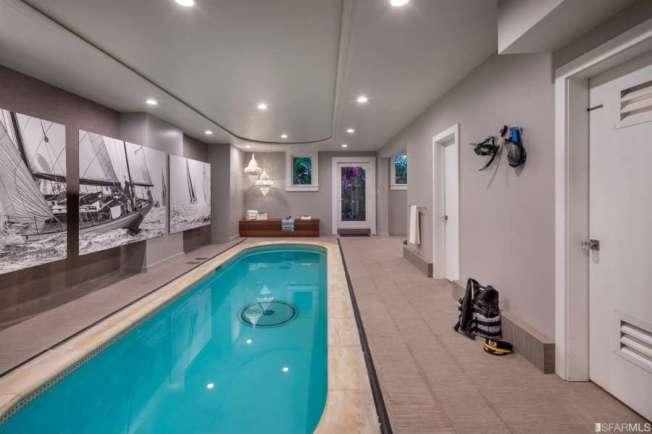 地面的一層,有室內游泳池;長型設計,可長途游泳。(圖:房地產公司提供)
