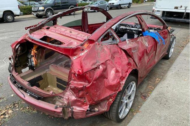 歷經嚴重損毀的紅色Model 3,居然還在網路上有超過1萬5000美元價值。(取材自推特)