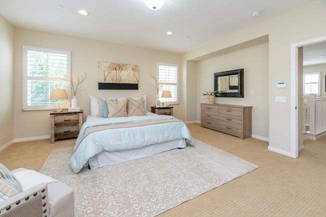 傳統式的床頭櫃,雖然看起來笨重,但用途實際,又能增加房間的整體沈穩感。(取材自pexels)