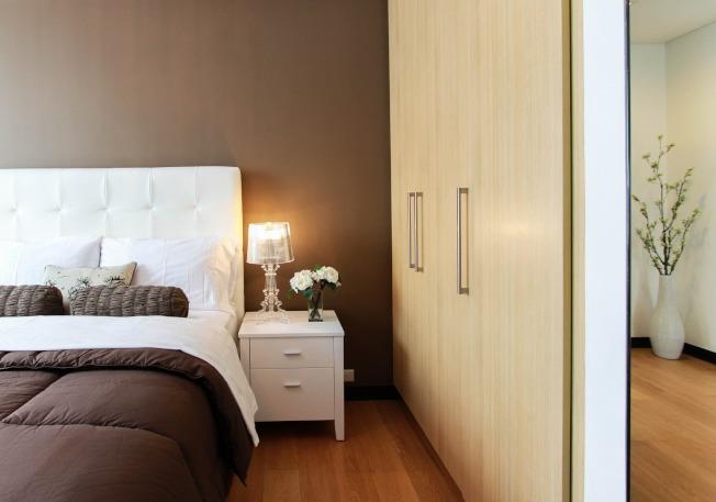 床頭櫃的擺放,不只考慮實用性,更重要是色彩及材質的搭配。(取材自pexels)