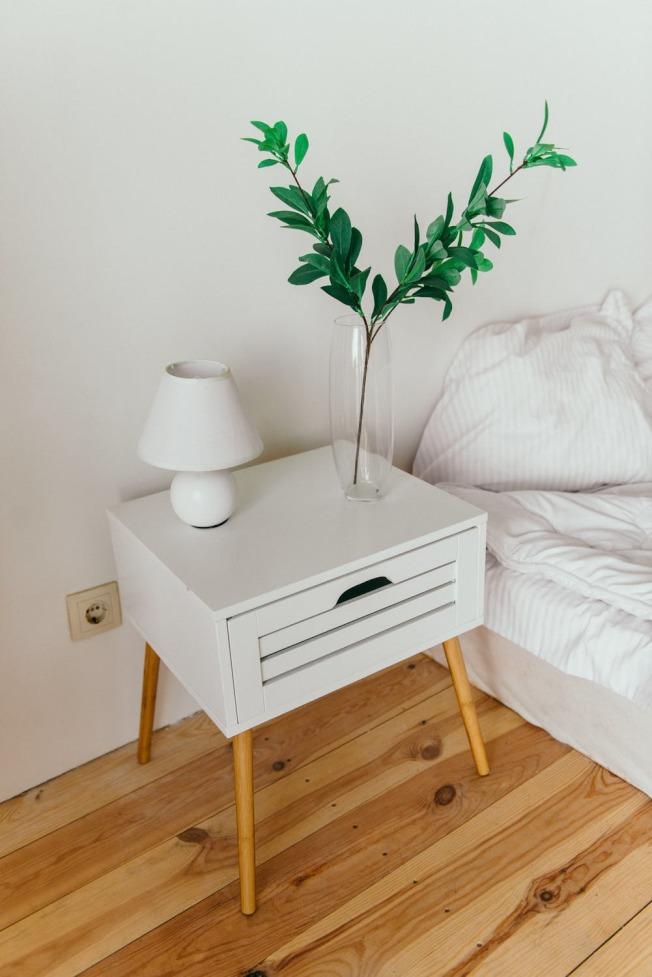 抽屜式床頭櫃,能夠避免落塵,更增加了隱私性。(取材自pexels)