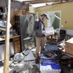 美近年最強龍捲風逾34死 災民默默整理家園