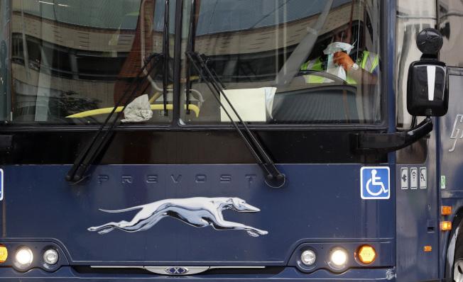 華盛頓州檢察長佛格森對長途客運業者灰狗巴士(見圖)提告,指控業者允許邊界巡邏隊在沒有搜索令的情況下,上車查緝無證移民。(美聯社)