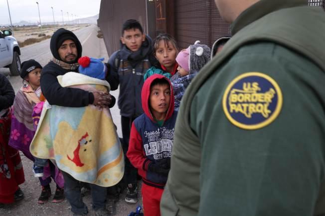 聯邦法律規定,邊巡隊只能在距離邊境100哩內上車搜查移民。(Getty Images)