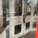 曼哈頓東村亞裔麵館 被塗鴉「別吃狗肉」