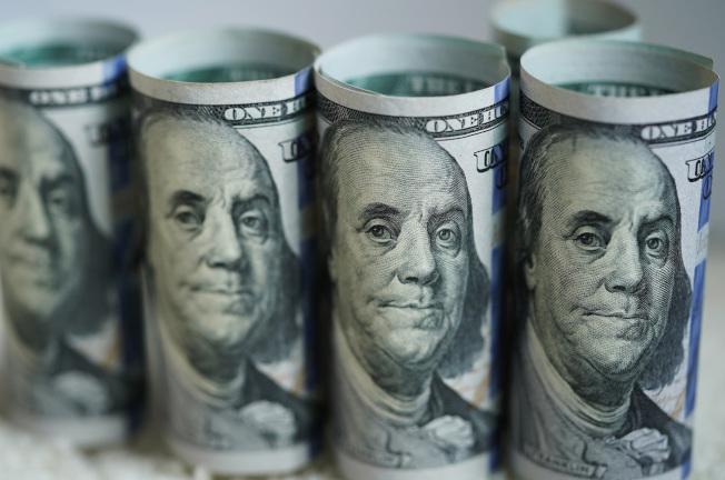 新冠肺炎第一波紓困支票已直接匯入約8000萬名美國人的戶頭,不過與預估截至9月發放紓困金給1億7100萬人相較之下,這個數字不到一半。(新華社)