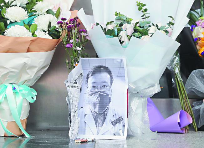 武漢民眾在武漢市中心醫院附近一處臨時處所放置李文亮的遺照悼念他。(歐新社資料照片)