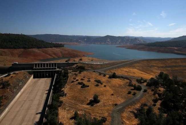 加州連續第三年嚴重乾旱,奧洛維爾大壩(Oroville Dam)溢洪道水位降到低點。 (Getty Images)