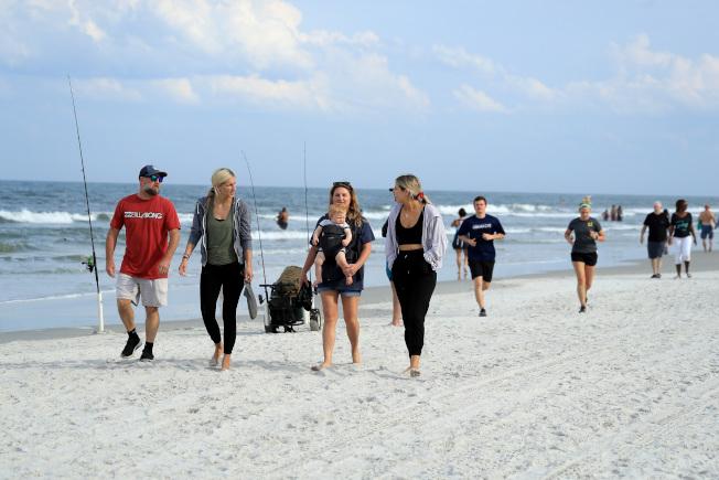 過去這個周日(19日),佛州傑克森維爾(Jacksonville)市,民眾在重新開放的海灘上散步、鍛煉。(Getty Images)