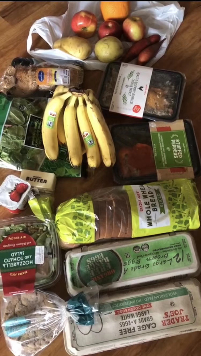 社會團體及企業贈送給老人中心的食物品質好。(陳女士提供)