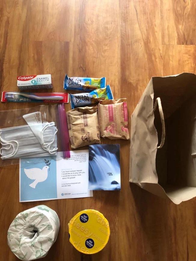 陳女士的母親所住的爾灣湖景老人中心,送來廁所紙和口罩。(陳女士提供)