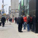 查紓困金入帳沒 曼哈頓華埠民眾 銀行前排百米長隊