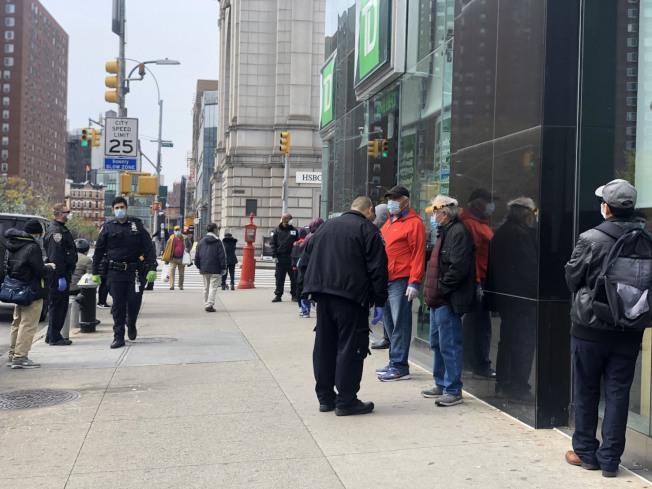 華裔民眾大排長龍查帳,市警五分局也出動警員在現場維持秩序。(記者張晨/攝影)