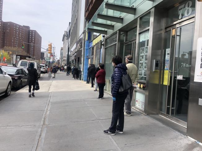 民眾為查看紓困金的發放狀態,必須排隊等上約兩小時。(記者張晨/攝影)