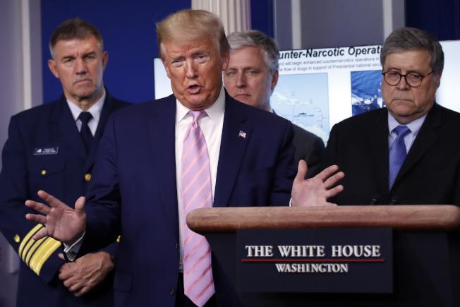 川普總統在白宮說明為何停止接受移民,後排左起海岸防衛隊司令舒茲、國安顧問歐布萊恩、司法部長巴維理。(美聯社)