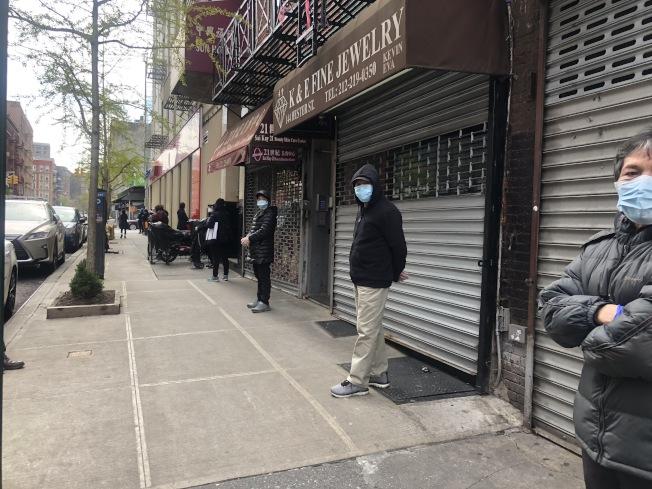 曼哈頓華埠包厘街附近銀行21日早開始大排長龍。(記者張晨/攝影)