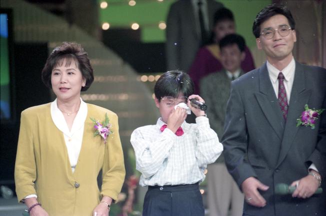 邱碧治(左)當年跟廖偉凡(右)訪問還是小朋友,但過五度五關的林俊逸。(本報資料照片)