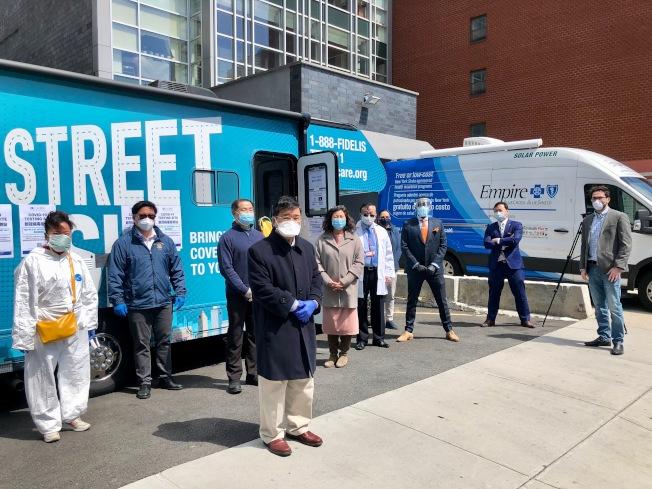 新冠病毒流動檢測車可減緩市內醫療系統負擔,也讓沒有醫保者或行動不便等弱勢群體接受檢測。(亞美醫師協會提供)