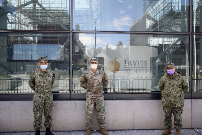 諸多華裔預備役軍人應召到賈維茨方艙醫院服務,左起為鄭永佳、劉兆凱和廖尚德。(記者洪群超/攝影)