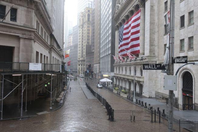華爾街上一片冷清,但對照美國五周來逾2600萬人失業的慘況,美股仍有買盤支撐,反映背後諸多因素。美聯社