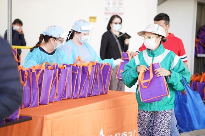基督教角聲醫療中心和85度C24日聯手在羅斯密發放口罩和麵包給社區民眾。(讀者提供)