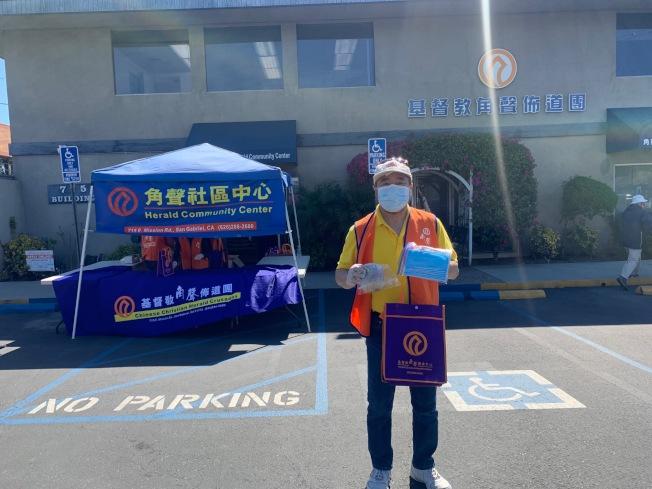 角聲南加地區副總監Danny Wu展示愛心包裡的物品。(記者張宏/攝影)