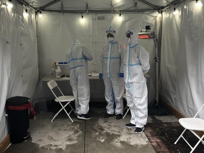 醫護人員在帳篷內等著為檢測者進行血樣採集。(記者顏潔恩/攝影)