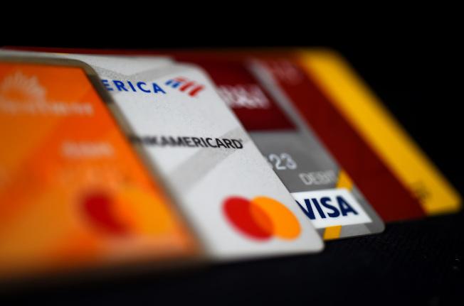 因疫情失業,美國民眾付不起卡債,銀行也受害。法新社