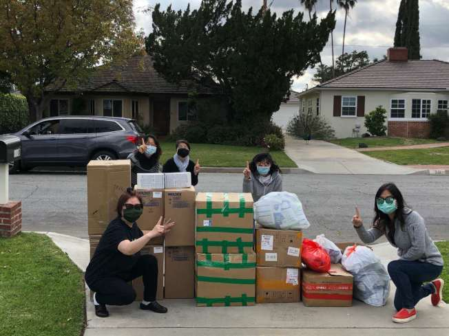 姚稚蕾的母親與其友人,在加州為醫護人員集資。(本報檔案照)