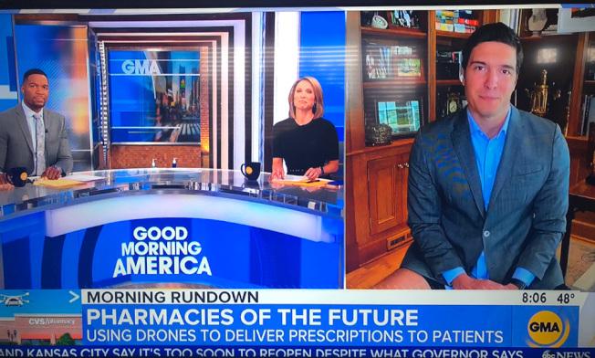 美國廣播公司(ABC)記者瑞福從家裡播報新聞時出糗,僅穿上衣沒穿褲子。這一鏡頭在網路瘋傳後,他次日在螢幕鏡頭前自嘲一番,提醒人們在家上班也別太隨意。(截自電視畫面)