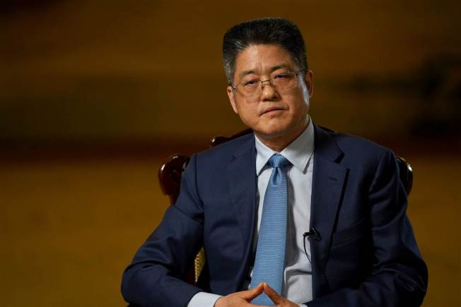 中國副外長樂玉成接受NBC News訪問時,批評川普政府應對疫情不力,白白浪費好幾周時間。(截自電視畫面)