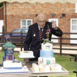 英國老兵為醫護募款  空軍飛行致敬 祝他100歲生日快樂