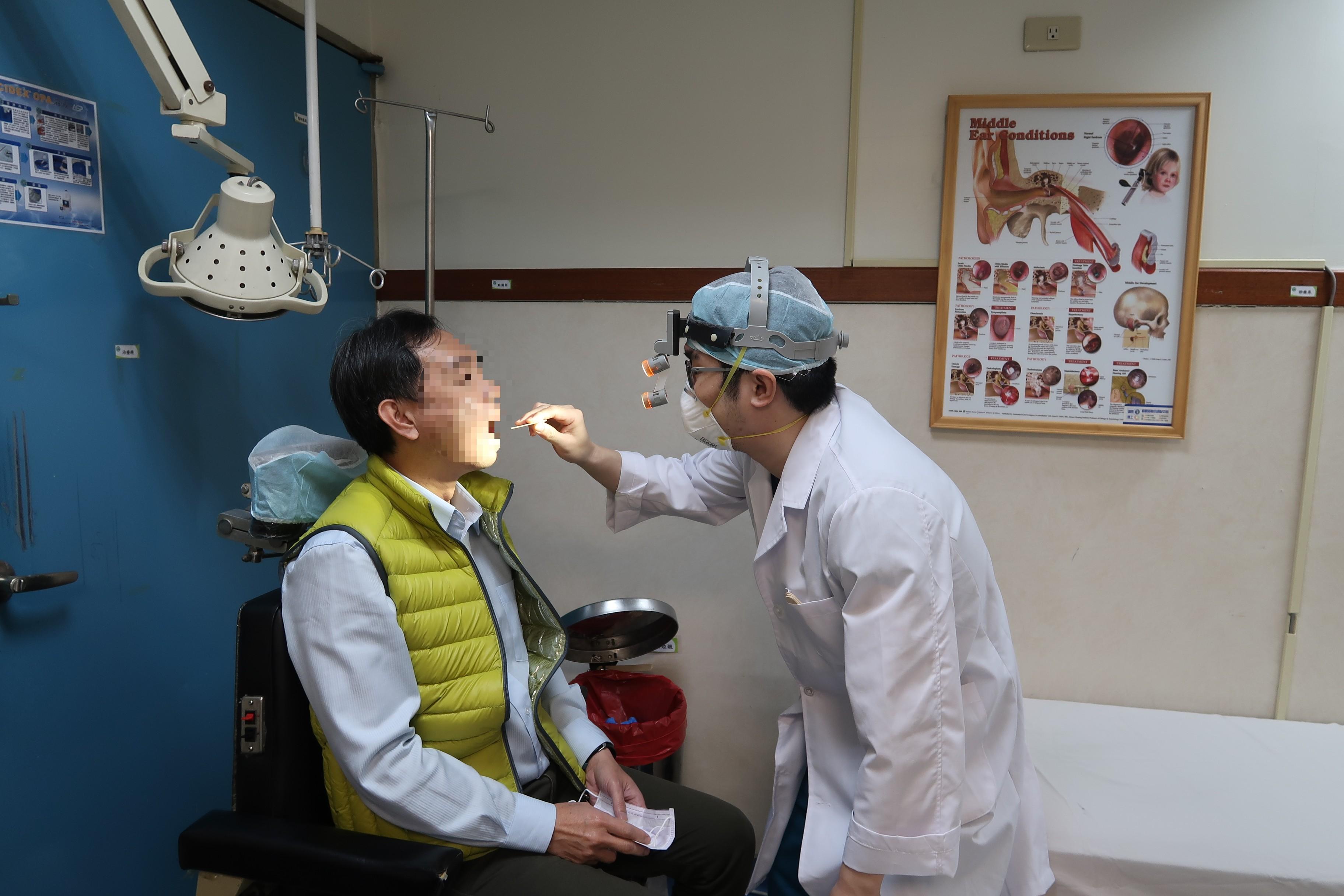 台灣南投縣張姓男子常因有異物感清喉嚨發出聲音,引人側目,親友甚至憂心是肺炎症狀,張為此就醫意外診出是,長期胃酸逆流而引發「慢性咽喉炎」。(圖:南基醫院提供)