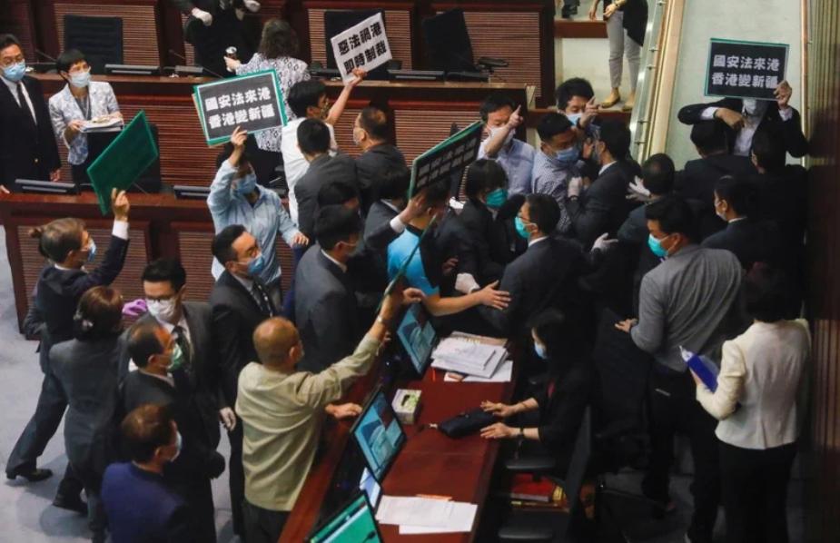香港立法會的泛民派議員22日在內務委員會因反對新國安法,與會議內的保安扭打。(路透)